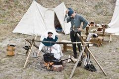 Οι συμμετέχοντες μαγειρεύουν τα τρόφιμα Στοκ Φωτογραφίες