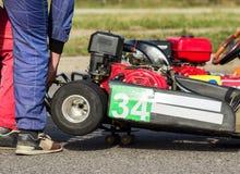 Οι συμμετέχοντες προσαρμόζουν και ρυθμίζουν kart για οι ανταγωνισμοί, αυτόματος αθλητισμός, karting ανταγωνισμοί, κινηματογράφηση στοκ εικόνες