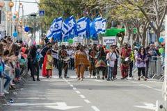 Οι συμμετέχοντες στην αφρικανική επίδειξη έντυσαν στα ζωηρόχρωμα κοστούμια που χορεύουν στο καρναβάλι Adloyada σε Nahariyya, Ισρα Στοκ Εικόνα