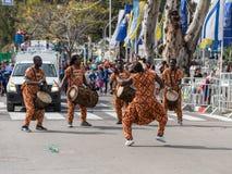 Οι συμμετέχοντες στην αφρικανική επίδειξη έντυσαν στα ζωηρόχρωμα κοστούμια που χορεύουν στο καρναβάλι Adloyada σε Nahariyya, Ισρα Στοκ Εικόνες