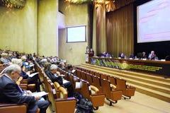 Οι συμμετέχοντες της συνεδρίασης ακούνε προσεκτικά έκθεση Στοκ εικόνες με δικαίωμα ελεύθερης χρήσης