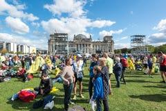 Οι συμμετέχοντες του μαραθωνίου του Βερολίνου συλλέγουν Στοκ φωτογραφία με δικαίωμα ελεύθερης χρήσης