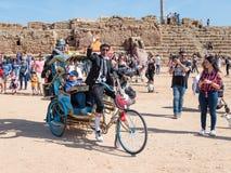 Οι συμμετέχοντες του φεστιβάλ Purim έντυσαν στα μυθικά κοστούμια, παρουσιάζουν απόδοση στην Καισάρεια, Ισραήλ στοκ φωτογραφίες