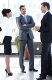 Οι συνάδελφοι στέκονται στο λόμπι του γραφείου στοκ φωτογραφίες