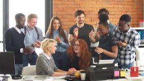 Οι συνάδελφοι συγχαίρουν τον ελκυστικό συνεργάτη τους στα γενέθλιά της φιλμ μικρού μήκους