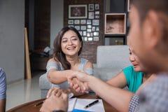 Οι συνάδελφοι φίλων τινάζουν το χέρι Στοκ Φωτογραφία