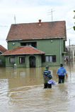 Οι συνέπειες της πλημμύρας, πλημμυρισμένο σπίτι με τους ανθρώπους Στοκ Εικόνες