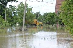 Οι συνέπειες της πλημμύρας, σπίτι με το φορτηγό Στοκ Φωτογραφία