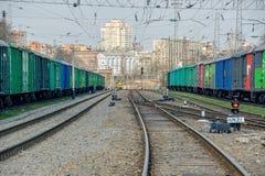 Οι συνθέσεις των τραίνων είναι στο σιδηροδρομικό σταθμό στην πόλη Στοκ φωτογραφίες με δικαίωμα ελεύθερης χρήσης