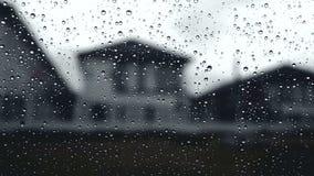 Οι συννεφιάζω ουρανοί σταγόνων βροχής με τη βροχή έπεσαν από την άποψη γυαλιού παραθύρων αυτοκινήτων από το παράθυρο κοντά στην τ απόθεμα βίντεο