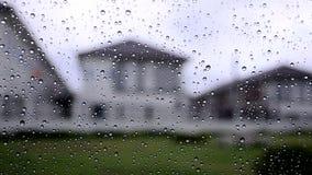 Οι συννεφιάζω ουρανοί σταγόνων βροχής με τη βροχή έπεσαν από την άποψη γυαλιού παραθύρων αυτοκινήτων από το παράθυρο κοντά στο χω απόθεμα βίντεο