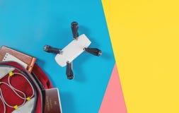 Οι συσκευές ταξιδιού τουριστών Backpacker αντιτίθενται στο σακίδιο πλάτης με τα αντικείμενα κηφήνων και καμερών vlogger στοκ εικόνα με δικαίωμα ελεύθερης χρήσης