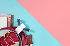 Οι συσκευές ταξιδιού τουριστών Backpacker αντιτίθενται στο σακίδιο πλάτης με τα αντικείμενα κηφήνων και καμερών vlogger στο μπλε  στοκ φωτογραφία