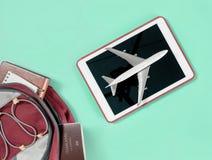 Οι συσκευές ταξιδιού τουριστών Backpacker αντιτίθενται στο σακίδιο πλάτης με τα αντικείμενα κηφήνων και καμερών vlogger στοκ φωτογραφίες