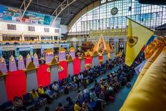 Οι συσσωρευμένοι άνθρωποι περιμένουν τα τραίνα στο σιδηροδρομικό σταθμό της Μπανγκόκ Hua Lamphong στοκ εικόνες με δικαίωμα ελεύθερης χρήσης