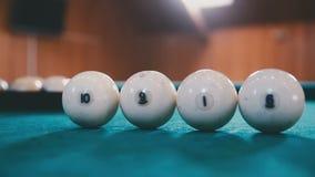 Οι σφαίρες για το μπιλιάρδο είναι στον πίνακα σε μια σειρά φιλμ μικρού μήκους