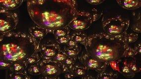 Οι σφαίρες καθρεφτών απεικονίζουν τις ακτίνες των χρωματισμένων φω'των απόθεμα βίντεο