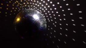 Οι σφαίρες καθρεφτών περιστρέφονται και απεικονίζουν τα φω'τα των προβολέων που σπάζουν μέσω της λέσχης καπνού τη νύχτα απόθεμα βίντεο