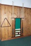 Οι σφαίρες μπιλιάρδου βρίσκονται στα ράφια, την αποθήκευση συνθήματος και ένα σύνολο μπιλιάρδου Στοκ Φωτογραφία