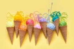 Οι σφαίρες του νήματος βρίσκονται σε έναν κώνο βαφλών για το παγωτό Χρωματισμένο μαλλί Στοκ φωτογραφία με δικαίωμα ελεύθερης χρήσης