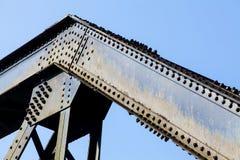 Οι σφιγκτήρες βιδών της γέφυρας σιδηροδρόμων χάλυβα είναι ισχυροί Στοκ Εικόνες