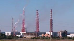 Οι σωλήνες ενός εργοστασίου χημικής βιομηχανίας απόθεμα βίντεο