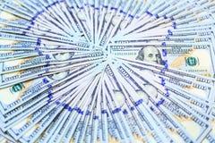 Οι σωροί εκατό δολαρίων σημειώνουν τους ανεμιστήρες στο σχέδιο κύκλων, νέο σχέδιο 100 Δολ ΗΠΑ υποβάθρου τραπεζογραμματίων Στοκ εικόνα με δικαίωμα ελεύθερης χρήσης