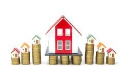 Οι σωροί της αύξησης νομισμάτων αυξάνονται επάνω στο πρότυπο σπιτιών για την επιχείρηση χρηματοδότησης και στεγαστικού δανείου υπ στοκ φωτογραφία