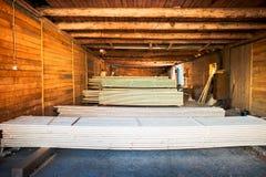 Οι σωροί του κοντραπλακέ συσσώρευσαν επάνω στο ξύλινο εργοστάσιο στοκ εικόνες