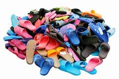 Οι σωροί των παπουτσιών που πωλήθηκαν στην αγροτική αγορά εδάφους διάφορων συνδυασμών χρώματος, σανδάλια, περιστασιακά παπούτσια  στοκ φωτογραφίες με δικαίωμα ελεύθερης χρήσης