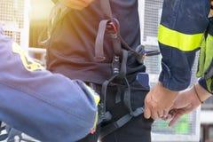 Οι σωτήρες εγκαθιστούν τον εξοπλισμό ασφάλειας για τα θύματα στοκ εικόνα
