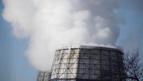 Οι σωλήνες εκπέμπουν τις επιβλαβείς εκπομπές που μολύνουν το περιβάλλον φιλμ μικρού μήκους