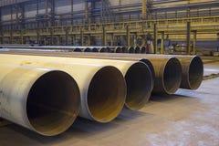 Οι σωλήνες μεγάλων διαμέτρων είναι σε ένα βιομηχανικό εργαστήριο Στοκ Φωτογραφίες