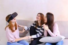 Οι σύγχρονες γυναίκες μελετούν και βλέπουν τα νέα γυαλιά της παράλληλης πραγματικότητας sitt Στοκ Εικόνες