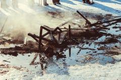 Οι τέφρες της πυρκαγιάς στην οδό στοκ εικόνες με δικαίωμα ελεύθερης χρήσης