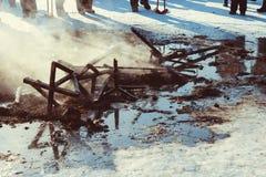 Οι τέφρες της πυρκαγιάς στην οδό στοκ εικόνα με δικαίωμα ελεύθερης χρήσης