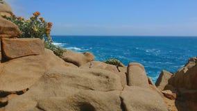 Οι ταλαντεύσεις εγκαταστάσεων στον αέρα Βράχος και μπλε θάλασσα στο υπόβαθρο Θύελλα στη θάλασσα Μεγάλα κύματα ( Μπλε ουρανός με φιλμ μικρού μήκους