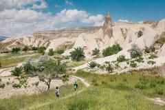 Οι ταξιδιώτες ακολουθούν το δρόμο μετά από τους λόφους Cappadocia στην Τουρκία πεζοπορία ριψοκινδυνεμμένο στοκ φωτογραφία με δικαίωμα ελεύθερης χρήσης