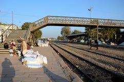 Οι ταξιδιώτες και οι έμποροι περιμένουν με τα αγαθά στην πλατφόρμα Mirpurkhas Sindh Πακιστάν σταθμών τρένου Στοκ Εικόνα
