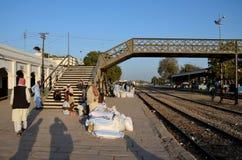 Οι ταξιδιώτες και οι έμποροι περιμένουν με τα αγαθά στην πλατφόρμα Mirpurkhas Sindh Πακιστάν σταθμών τρένου Στοκ Φωτογραφίες