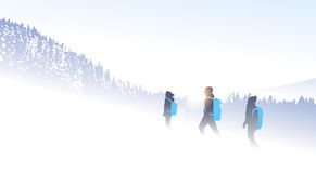 Οι ταξιδιωτικοί άνθρωποι ομαδοποιούν υπόβαθρο χειμερινής το δασικό φύσης βουνών πεζοπορίας σκιαγραφιών Στοκ φωτογραφία με δικαίωμα ελεύθερης χρήσης
