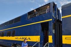 Οι ταξιδιώτες είναι με το τραίνο τουριστών Στοκ φωτογραφία με δικαίωμα ελεύθερης χρήσης