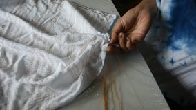 Οι ταϊλανδικές πτυχές διαδικασίας εργασίας γυναικών συσσωρεύουν και το shibori ραψίματος ή arashi στο ύφασμα απόθεμα βίντεο