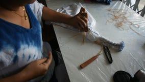 Οι ταϊλανδικές πτυχές διαδικασίας εργασίας γυναικών συσσωρεύουν και το shibori ραψίματος ή arashi στο ύφασμα φιλμ μικρού μήκους