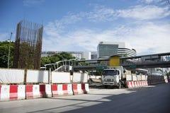 Οι ταϊλανδικοί λαοί οδηγούν και οδηγούν στο δρόμο κυκλοφορίας με την εργασία εργαζομένων στο εργοτάξιο οικοδομής της Ταϊλάνδης Στοκ Φωτογραφίες