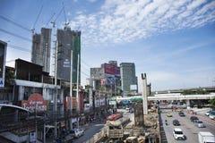 Οι ταϊλανδικοί λαοί οδηγούν και οδηγούν στο δρόμο κυκλοφορίας με την εργασία εργαζομένων στο εργοτάξιο οικοδομής της Ταϊλάνδης Στοκ εικόνες με δικαίωμα ελεύθερης χρήσης