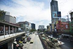 Οι ταϊλανδικοί λαοί οδηγούν και οδηγούν στο δρόμο κυκλοφορίας με την εργασία εργαζομένων στο εργοτάξιο οικοδομής της Ταϊλάνδης Στοκ φωτογραφίες με δικαίωμα ελεύθερης χρήσης