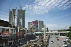 Οι ταϊλανδικοί λαοί οδηγούν και οδηγούν στο δρόμο κυκλοφορίας με την εργασία εργαζομένων στο εργοτάξιο οικοδομής της Ταϊλάνδης Στοκ φωτογραφία με δικαίωμα ελεύθερης χρήσης