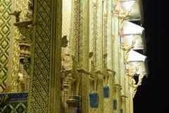 Οι ταϊλανδικοί ναοί διακοσμούνται από το ταϊλανδικό σχέδιο με το χρυσό Στοκ φωτογραφία με δικαίωμα ελεύθερης χρήσης