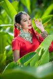 Οι ταϊλανδικές γυναίκες εκτελούν τους χορούς της Ινδίας στα ιστορικά κοστούμια Στοκ Φωτογραφίες